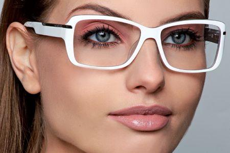 Como devo me maquiar quando uso óculos?
